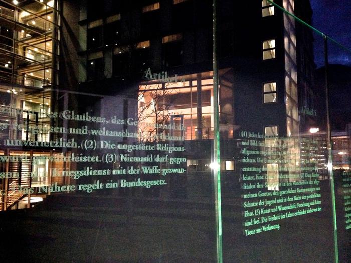 Grundgesetz-Tafel nahe dem Berliner Reichstag