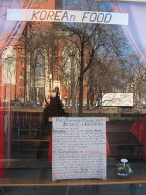 Foto der Spiegelung einer Kirche in einem Schaufenster